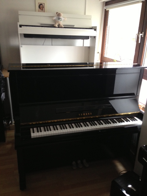 yamaha modell u3 schwarz hochglanz klavierverkauf. Black Bedroom Furniture Sets. Home Design Ideas