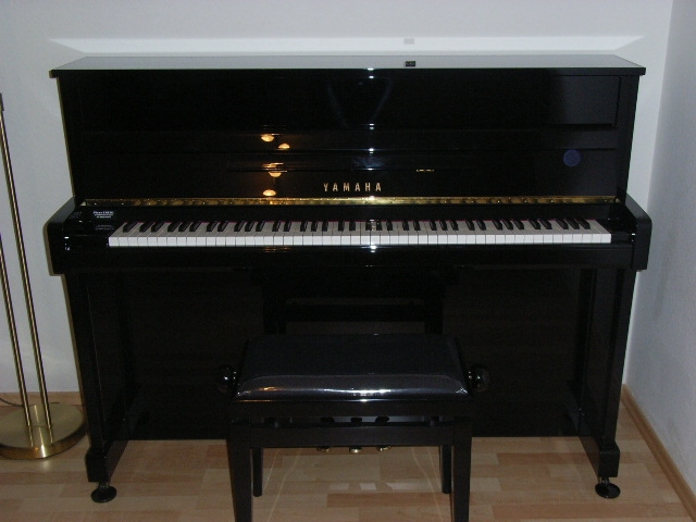 yamaha modell b2 schwarz hochglanz klavierverkauf. Black Bedroom Furniture Sets. Home Design Ideas
