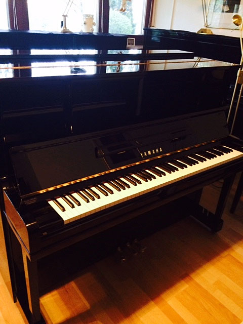 yamaha modell ux1 schwarz hochglanz klavierverkauf. Black Bedroom Furniture Sets. Home Design Ideas